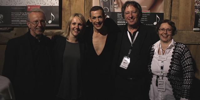 Setzte einen berührenden Schlusspunkt: Tim Fischer inmitten des Musiksommer-Teams: Günter Schuhriemen (Intendant), Katharina Bazel, Dieter Schlüwe, Dörte Behrmann